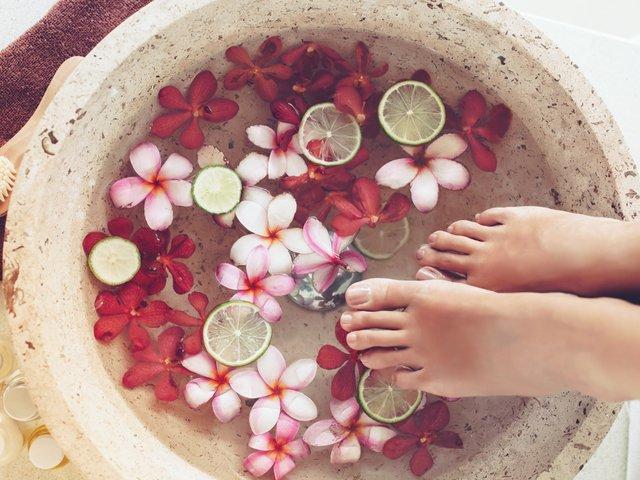 Leacuri pentru picioarele umflate: 7 remedii pe care le poti incerca acasa