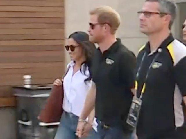 Printul Harry si iubita sa Meghan Markle au fost vazuti pentru prima data tinandu-se de mana / VIDEO