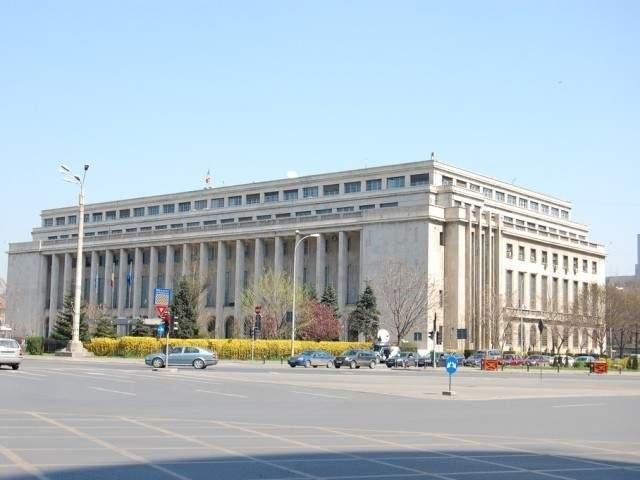 """Zeci de sindicalisti Sanitas picheteaza Ministerul Finantelor Publice: """"PSD, cea mai mare mafie"""". La Guvern liderii sindicali negociaza cu premierul"""