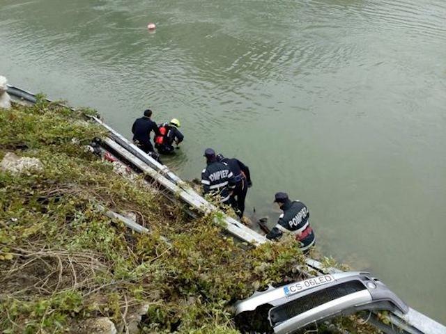 Masina care a plonjat in Dunare a fost scoasa la mal. Familia disparuta nu se afla in autoturism