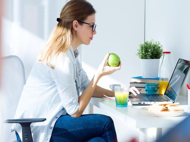 7 greseli pe care le faci la masa de pranz. Cum sa le eviti