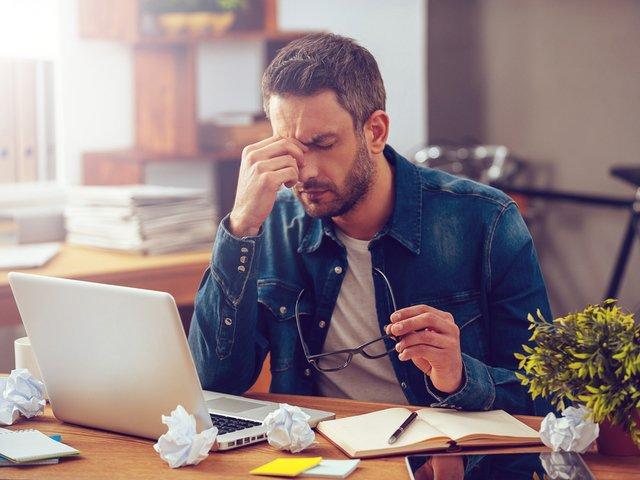 Sindromul burnout: 6 semne prin care poti identifica boala muncii in exces