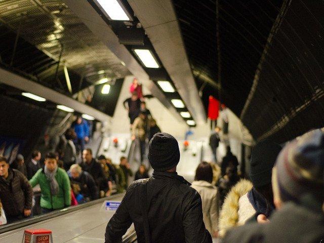 Aglomeratie la metrou dupa ce un tren s-a defectat: Au fost debarcati si calatorii din trenul de ajutor