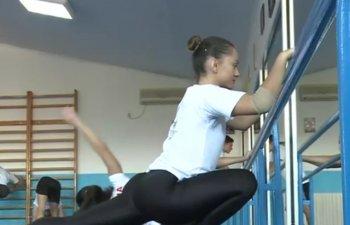 Campionii mondiali la gimnastica aerobica se antreneaza in garaj