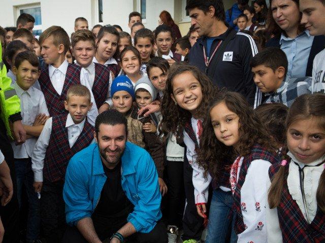 [Foto] Smiley, impresionat de situatia copiiilor din comuna Dofteana. Artistul a vizitat o scoala in calitate de ambasador UNICEF