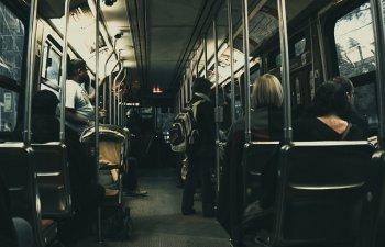 Motivul pentru care NU este bine sa le oferim batranilor locul pe scaun in autobuz, potrivit cercetatorilor