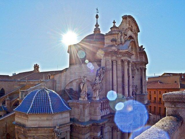 Un roman s-a urcat pe o catedrala din Spania si a amenintat ca se arunca in gol