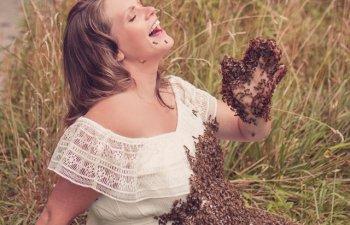 Bebelusul femeii care s-a fotografiat acoperita cu peste 20.000 de albine a murit in pantec