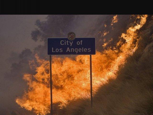 Evacuari in masa in Bel-Air, cartierul miliardarilor din Los Angeles amenintat de flacari