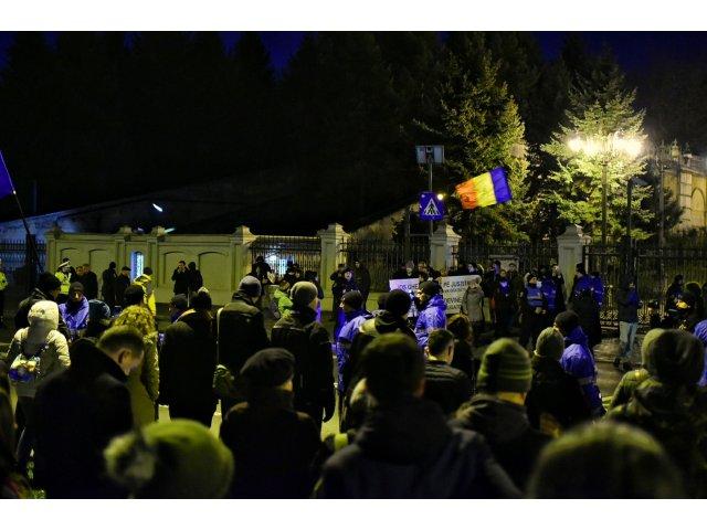 Noi proteste la Parlament si in mai multe orase din tara