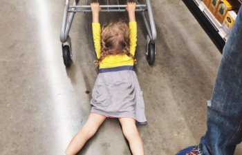 Copiii sunt imposibili la cumparaturi! 10 imagini care arata de ce sunt in stare cand merg in magazine