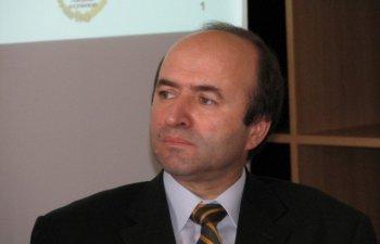 Tudorel Toader ii raspunde lui Augustin Lazar: Ministrul Justitiei nu interfereaza in activitatea de urmarire penala, insa poate cere explicatii legate de un dosar