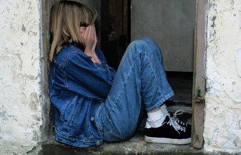 "Un barbat si-a torturat fiica timp de 18 ani pentru a incerca sa o transforme intr-o ""superfemeie"""