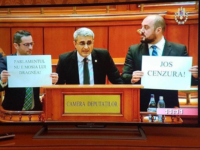 Protest al deputatilor PMP la tribuna Parlamentului: Nu votati ca oile lui Daea