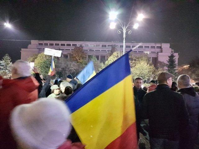 """Proteste in Piata Victoriei pe 1 ianuarie. Oamenii au afisat pancarte cu mesaje precum: """"Toti pentru justitie"""" sau """"Justitie, nu coruptie"""""""
