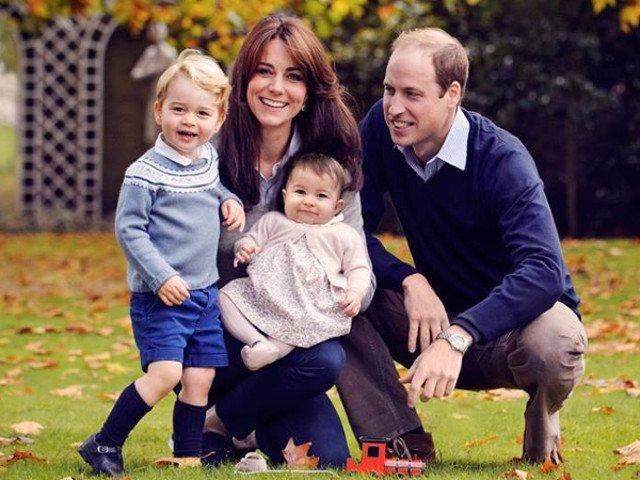 De ce nu o tine Printul George niciodata de mana pe mama lui, in fotografii