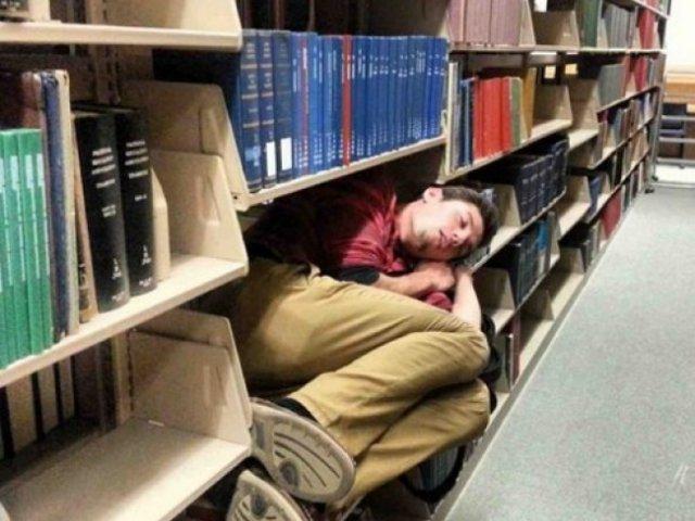 10 imagini haioase cu oameni care au adormit in cele mai nepotrivite locuri