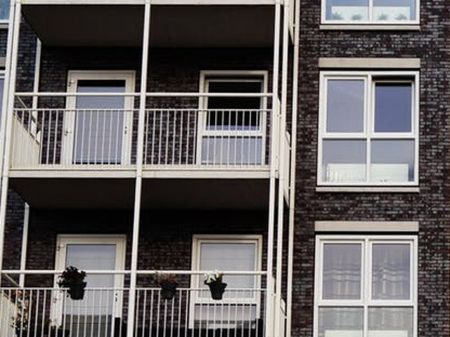 Doi tineri au fost impuscati pentru ca fumau si scuipau pe balcon