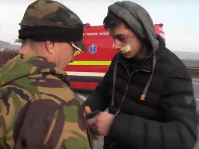 Un barbat le-a cerut bani celor pe care i-a salvat dupa un accident: Da-mi 10 lei / VIDEO