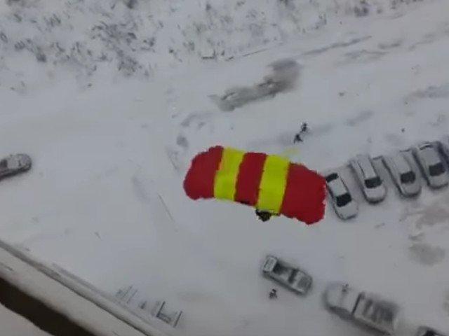 Un rus s-a filmat in timp ce sarea cu parasuta de la balcon