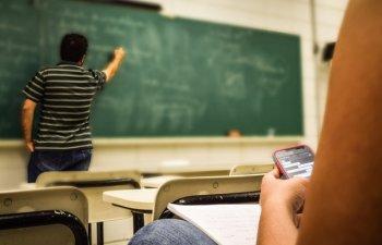 Fara hanorace, cizme UGG si pixuri cu pasta rosie: 7 lucruri ridicole interzise in scoli