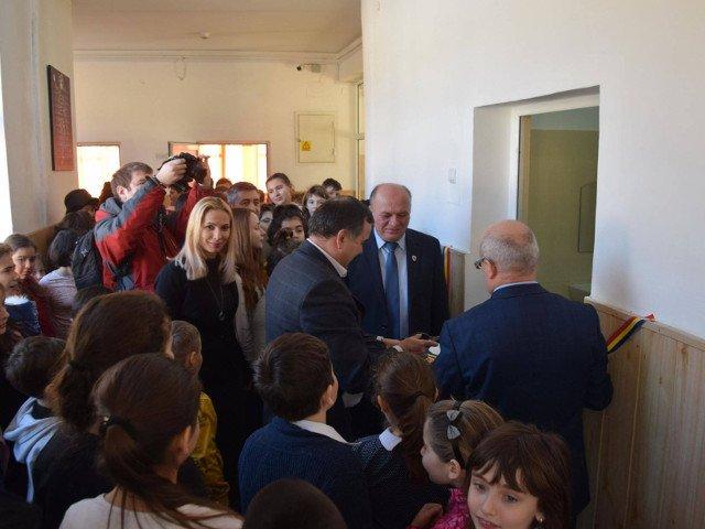 Un primar a taiat panglica la inaugurarea a trei toalete, la o scoala gimnaziala din oras