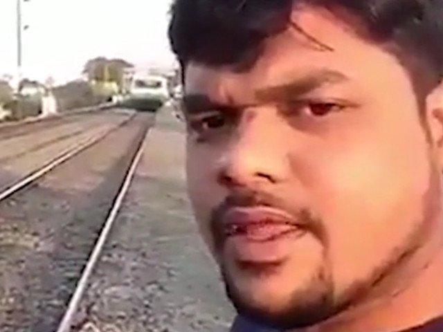 Un tanar a fost lovit de tren in timp ce isi facea un selfie / VIDEO
