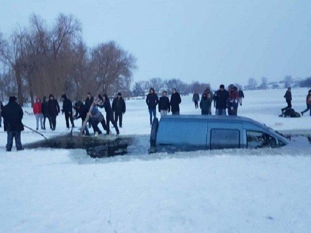 Un barbat a ajuns cu masina intr-un lac inghetat din Moldova