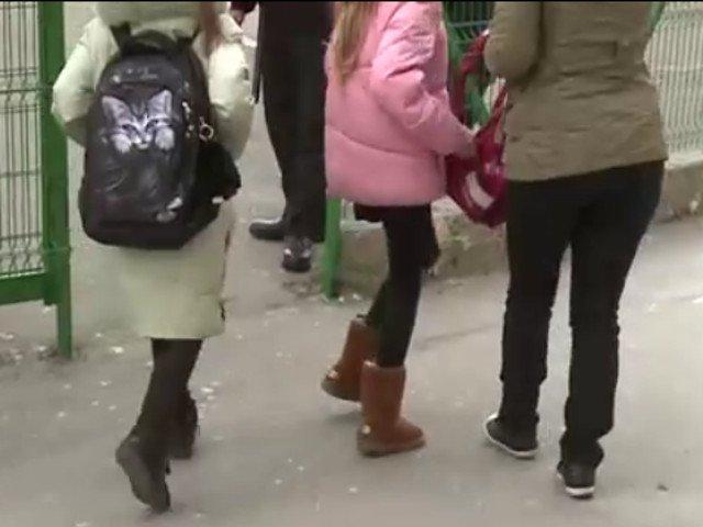 Cele trei femei care au batut ieri un elev intr-o scoala din Constanta au fost retinute de politisti