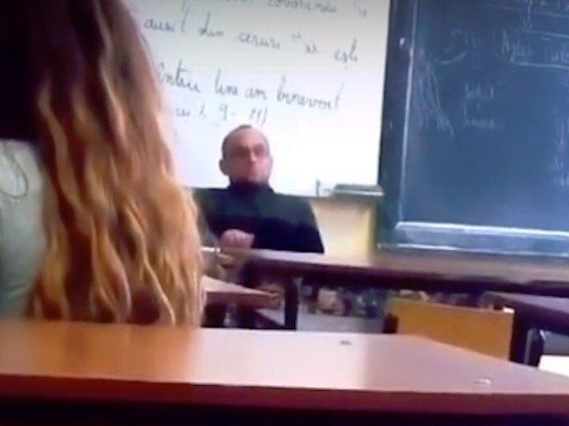 Elevele care si-au filmat profesorul de religie in timp ce se scarpina au notele scazute la purtare