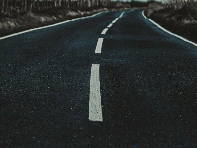 Un barbat a furat intr-o noapte 800 de metri de asfalt pentru a-l vinde/ FOTO