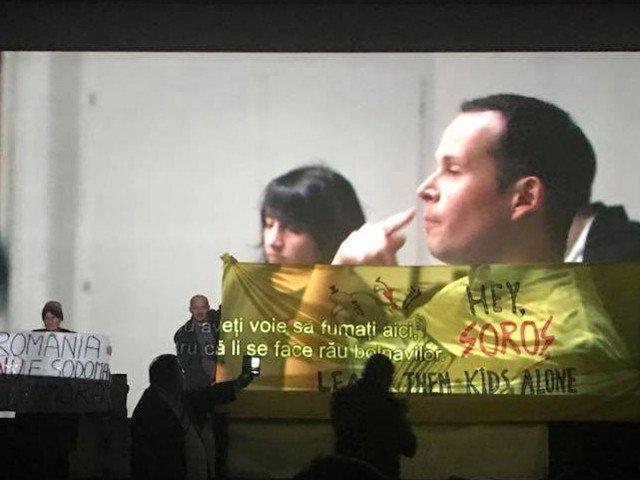 """Proiectia filmului """"120 de batai pe minut"""", de la Muzeul Taranului Roman, intrerupta de un grup de credinciosi / VIDEO"""