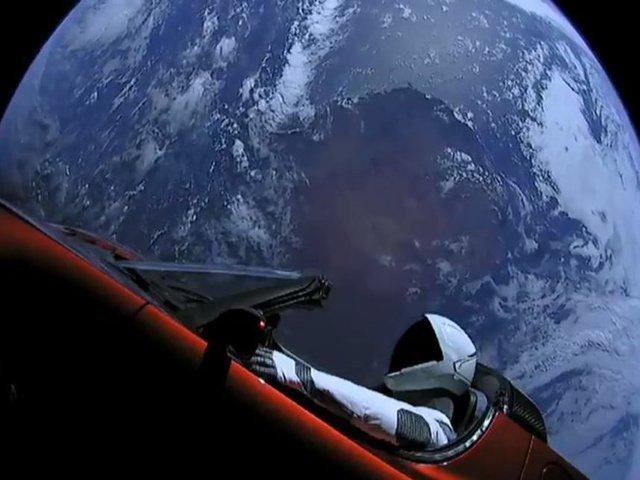 TOP 9 cele mai bune glume despre lansarea masinii Tesla in spatiu