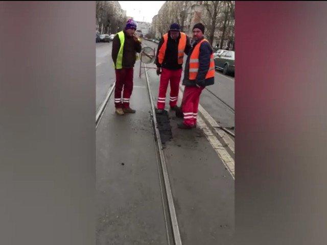 Cativa muncitori au fost surprinsi asfaltand o groapa cu picioarele/ VIDEO