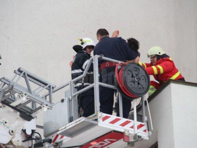Suceava: Pompierii au intervenit cu autoscara pentru a cobori un tanar care ameninta ca se sinucide