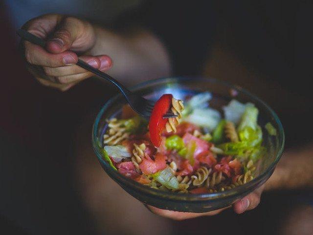 Studiu: Mancatul in ritm lent poate scadea cu 42% riscul de obezitate