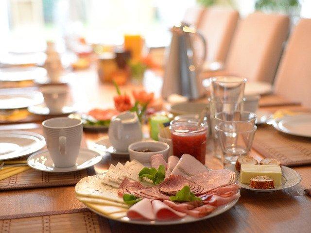 Carnea rosie procesata si alimentatia saraca in fibre va pot imbolnavi de cancer, avertizeaza un medic
