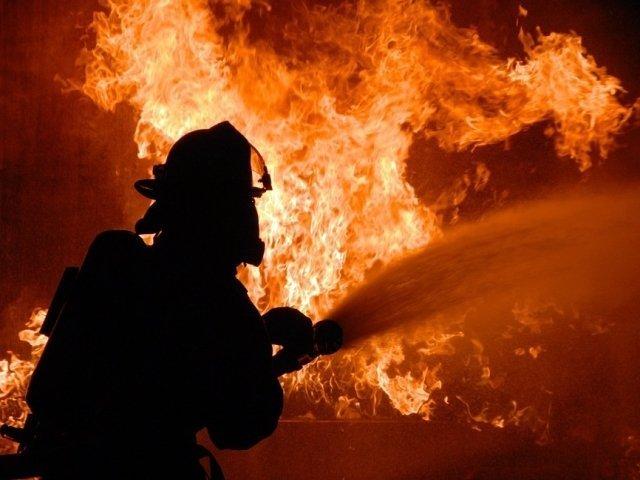 Un barbat a murit in urma unui incendiu izbucnit la un atelier de dezmembrari auto