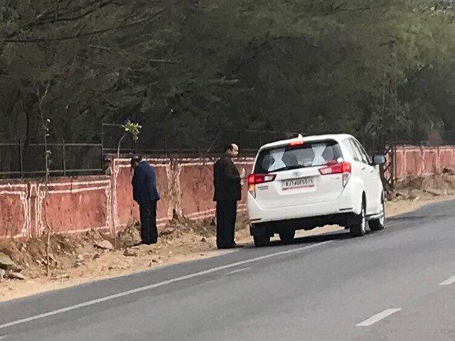 Un ministru indian a fost fotografiat in timp ce isi facea nevoile pe marginea drumului