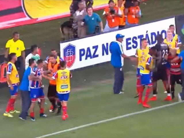 Un meci de fotbal din Brazilia a fost oprit dupa ce jucatorii s-au luat la bataie/ VIDEO