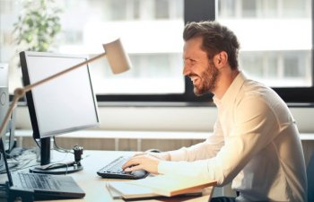 Protejeaza-ti ochii! 10 moduri in care te poti feri de lumina calculatorului