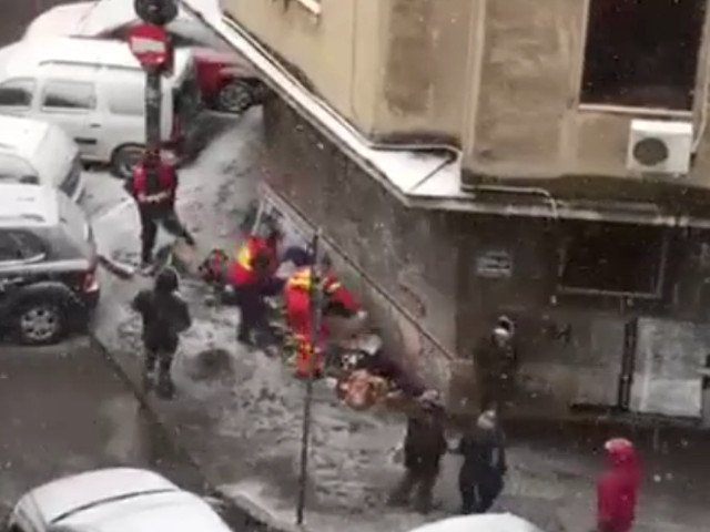 Medicii din Bucuresti au intervenit pentru a salva un om cazut la pamant