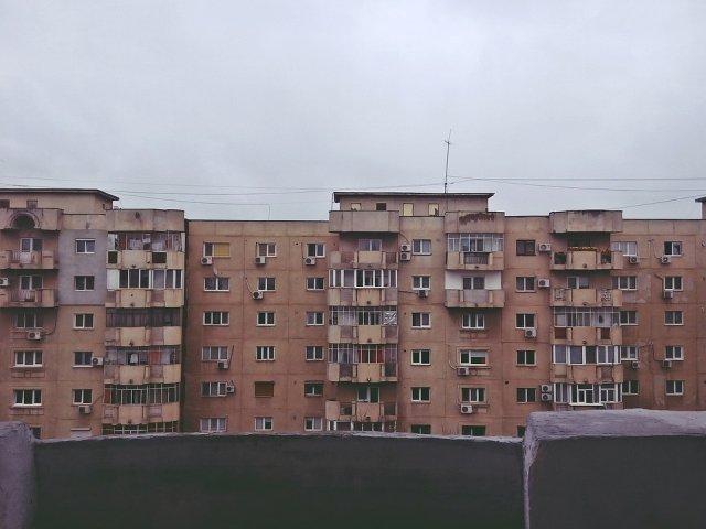 Barbat de 30 de ani care si-a impins tatal de pe balcon, dat in urmarire nationala