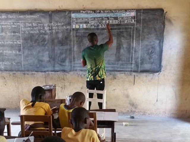 Un profesor din Ghana preda informatica fara calculator. Microsoft ia initiativa