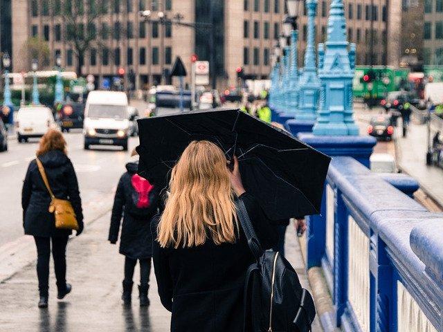 Infomare meteo: Ploi si vant puternic, pana miercuri dimineata