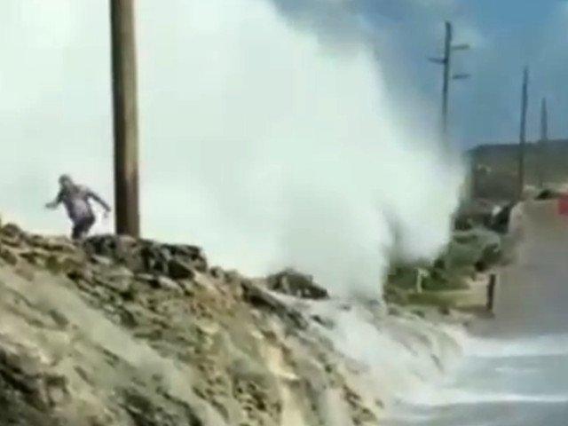 Un turist a supravietuit dupa ce a fost lovit de un val de 12 metri, in Bahamas/ VIDEO