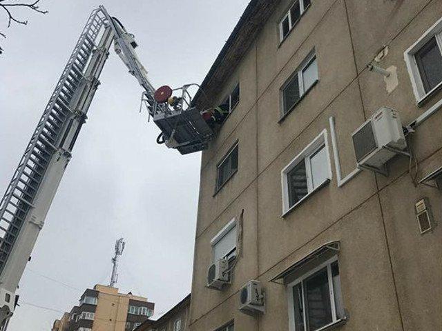 Pompierii au intervenit pentru a salva un copil de un an, ramas incuiat intr-un apartament de la etajul 4