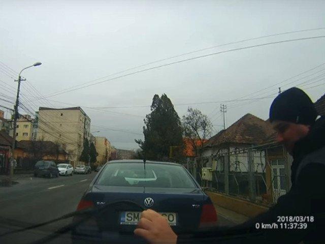 Cluj: Barbat surprins in timp ce indoia stergatoarele masinilor / VIDEO
