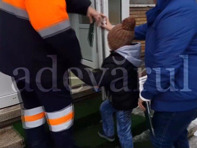 Baietel de 7 ani, batut de concubina tatalui pana a ajuns la Urgente