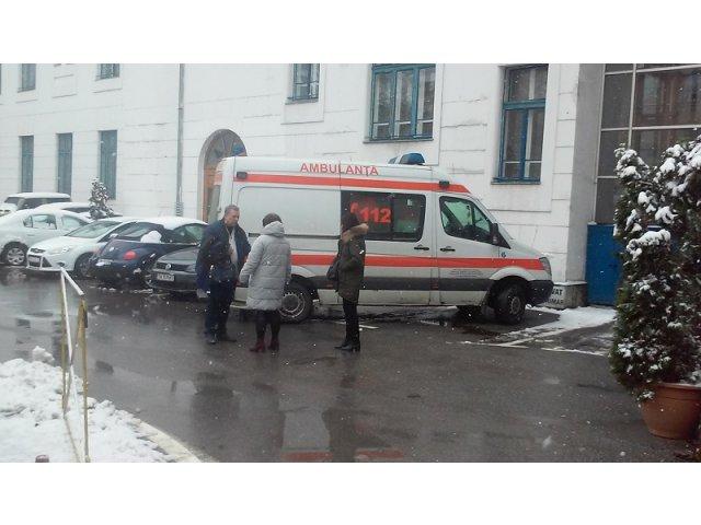 O angajata a Primariei din Timisoara, luata cu salvarea dupa ce a aflat ca i se scade salariul la 5.000 de lei